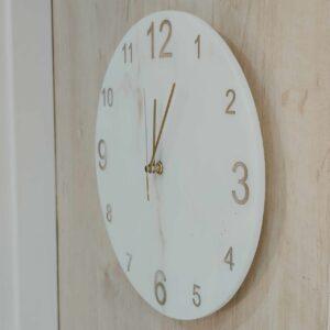 Zegar ścienny z marmuru Bianco Carrara 30 cm indeks arabski złoty