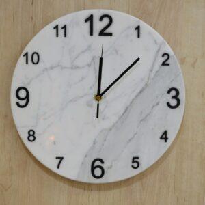 Zegar ścienny z marmuru Bianco Carrara 30 cm indeks arabski czarny
