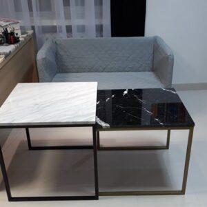 Un juego de mesas en mármol Bianco Carrara y Nero Marquina