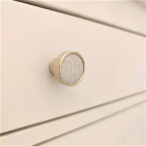 Mosiężny uchwyt meblowy z marmurem Crema Marphil