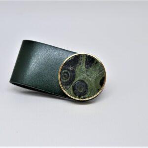 Mosiężny uchwyt meblowy z zielonym marmurem i eko skórą
