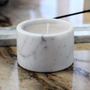 Świeca woskowa w marmurze Bianco Carrara