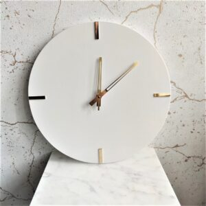 Zegar ścienny z konglomeratu kwarcowego 35cm biały indeks mosiężny