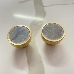 Mosiężny uchwyt meblowy z kwarcytem naturalnym Azul Macaubas polerowany